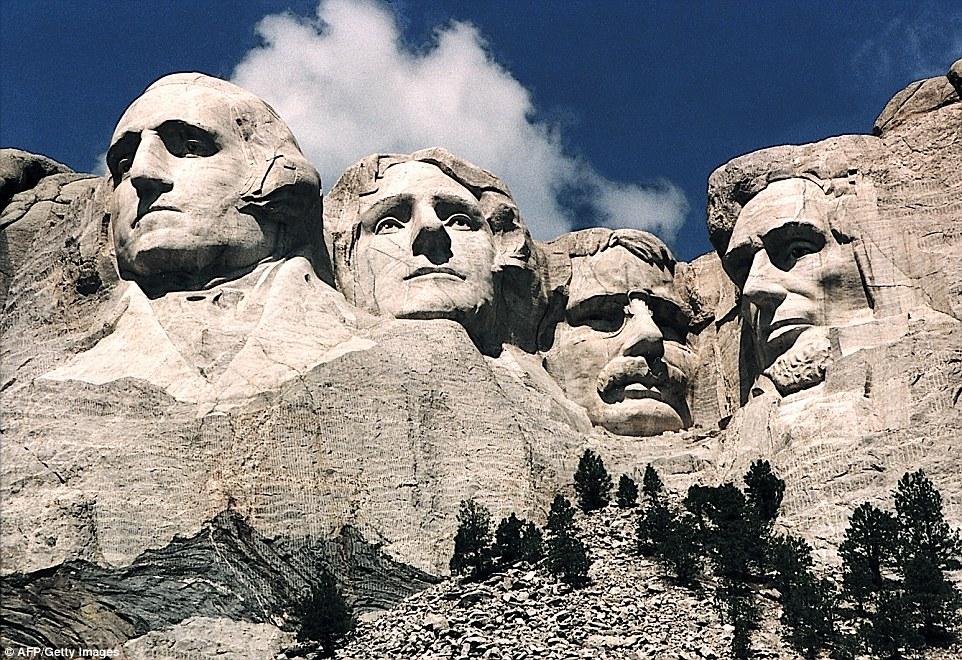 Le immagini di presidenti George Washington, Thomas Jefferson, Theodore Roosevelt e Abraham Lincoln sul Monte Rushmore