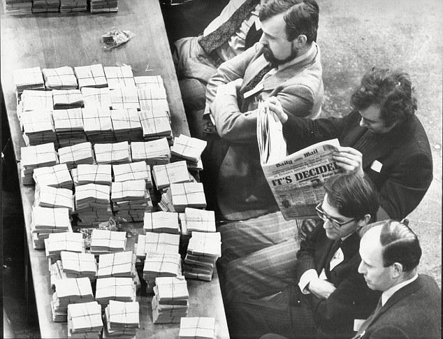 """Cuando Gran Bretaña última celebró un referéndum en 1975, todos los periódicos de la tierra abogó por un """"sí"""".  Sólo dos títulos nacionales respaldados lo que ahora se llama Brexit: la estrella de la mañana y el espectador.  En la foto: El recuento de 1975"""