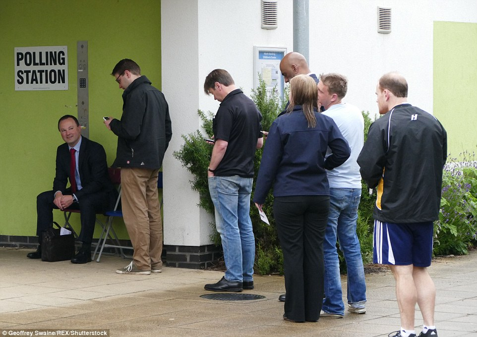 Los números de registro: Los votantes hacen cola para entrar en un colegio electoral en lectura a las 7 am ya 46,5 millones tienen la oportunidad de votar hoy - el número más alto en la historia