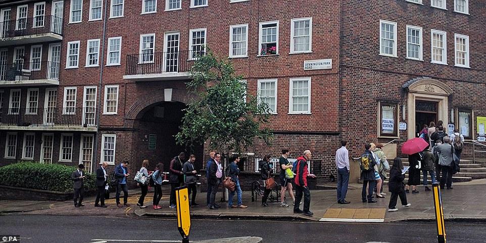 Dispuesto a esperar: Las colas formadas fuera de los centros de votación a través de muchas partes de la gente hoy en día UK dado su opinión