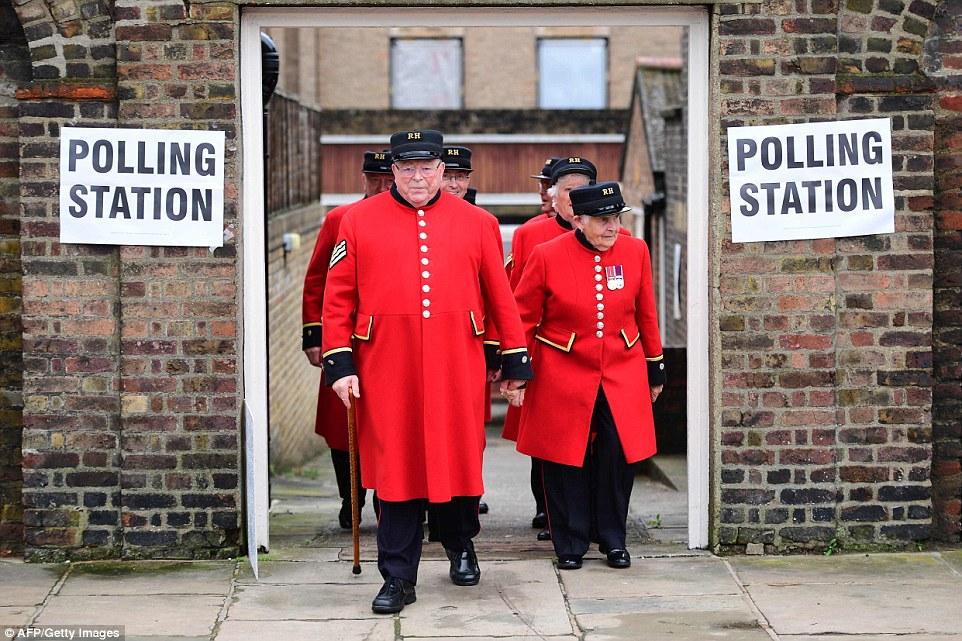 Mejor de los británicos: el archivo pensionistas Chelsea después de emitir su voto en el Hospital Real de Chelsea, al oeste de Londres