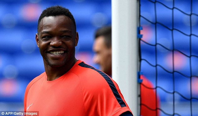 Crystal Palace have sealed the signing of  France goalkeeper Steve Mandanda on a three-year contract
