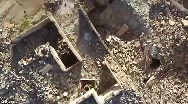 Un mero cascarón de que es uno mismo anterior, los edificios están totalmente eviscerado, escombros está sembrado por todas partes y no hay gente camina sus calles