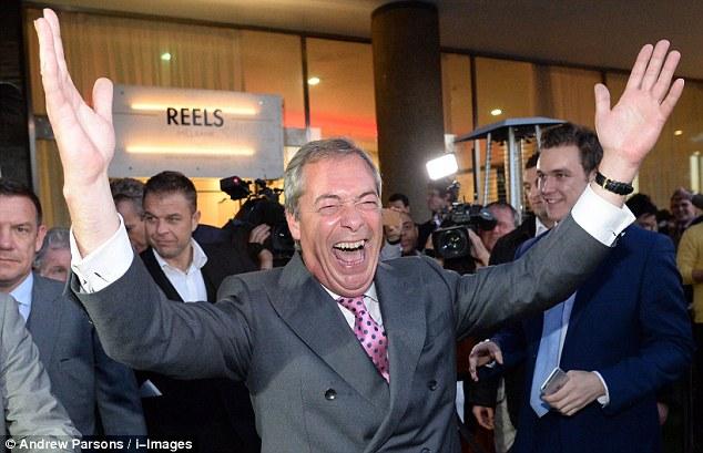ANDREW PIERCE: El uso de zapatos bandera de unión hechos a mano, Nigel Farage era una estrella a su vez en una fiesta en el jardín en el recinto del palacio de Hampton Court - da ningún indicio que renunciaría al día siguiente