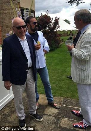 Rupert Murdoch, Evgeny Lebedev y Farage en una foto twitteado por Lily Allen el domingo