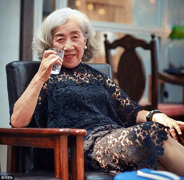 Black lace dress with stunning pearl earrings: Many people find it hard to believe this woman is 80 years old