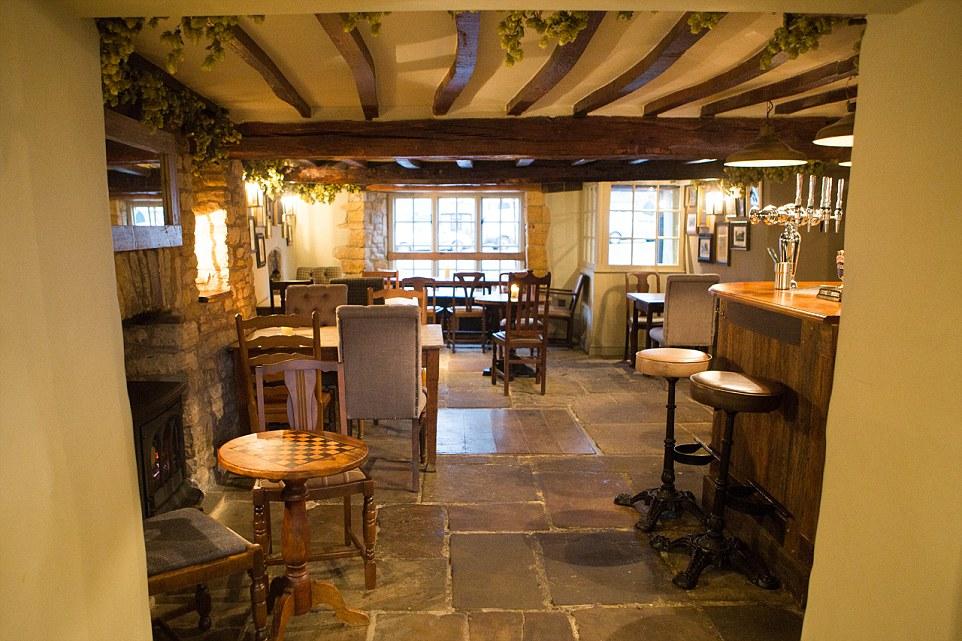 Gli ospiti possono ammirare le travi a vista in legno nel soffitto basso, telai di porte irregolari, pareti in pietra e caminetti nel bar