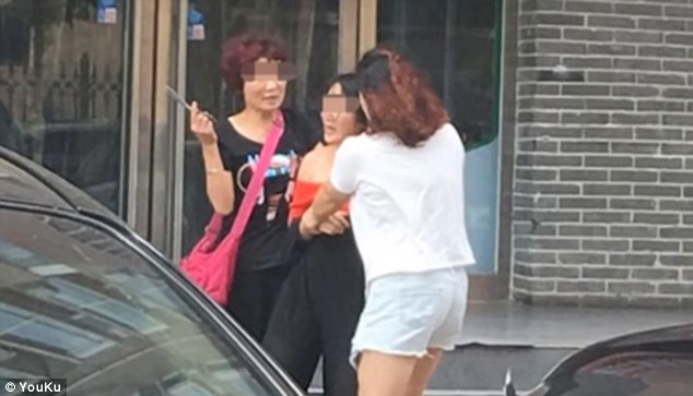 Chinese Women Assault Mistress In Red In Zhengzhou Street