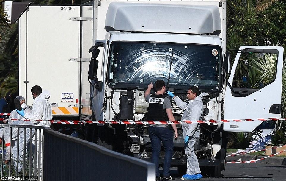 ataque terrorista: Al menos 84 personas murieron y decenas resultaron heridas más crítica anoche, cuando un asesino terrorista, llamado localmente como Mohamed Lahouaiej Bouhlel, condujo este camión, acribillado, a través de las multitudes celebrando el día de la Bastilla en Niza