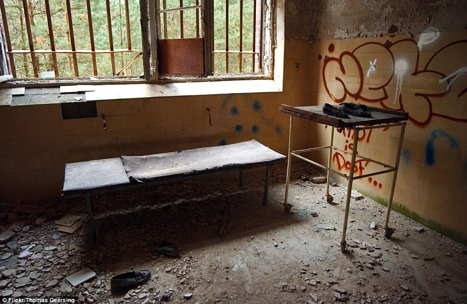 Un letto di trattamento dove i soldati - tedesco o forse più tardi russi soldati dopo l'Armata Rossa ha preso il sito sopra - sono stati trattati