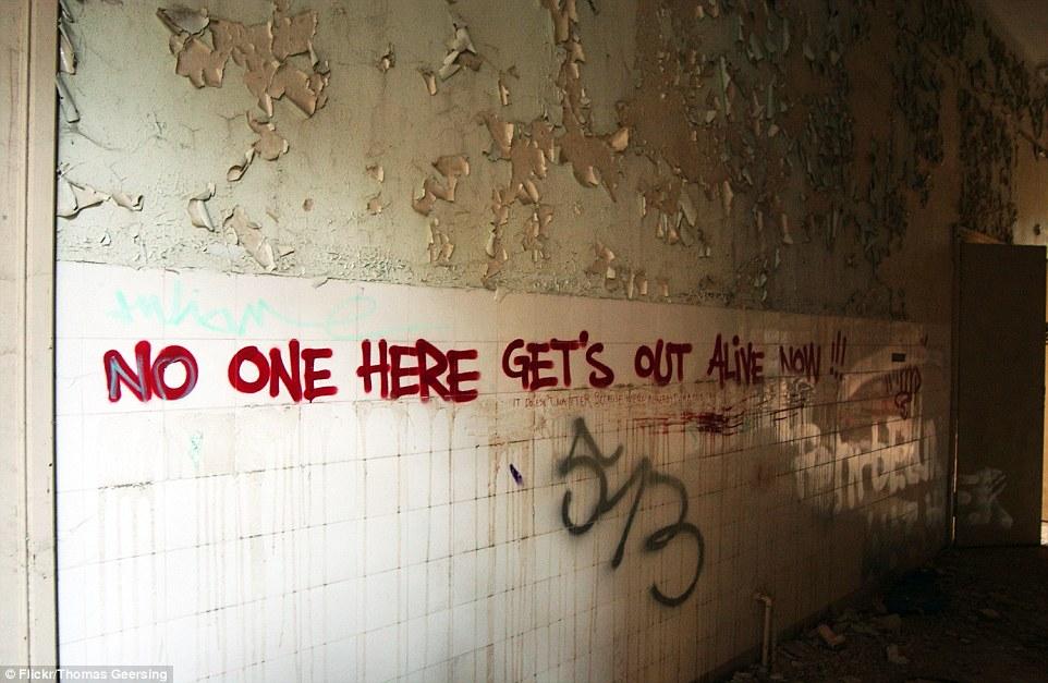 Graffiti copre molte delle pareti a Beelitz-Heilstätten, situato a sud di Berlino, Germania