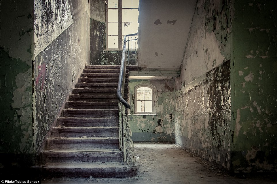bucce di vernice le pareti di alcune stanze e casi di scale a Beelitz-Heilstätten