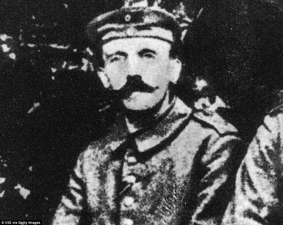 Adolf Hitler durante la prima guerra mondiale, un periodo che comprende due mesi a Beelitz-Heilstätten, un ospedale ormai abbandonato a sud di Berlino