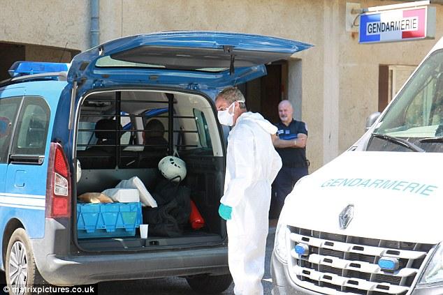 Según los informes Una madre y sus tres hijas fueron apuñalados durante sus vacaciones en Francia porque estaban 'ligeras de ropa'.  En la foto de la policía en la escena del ataque
