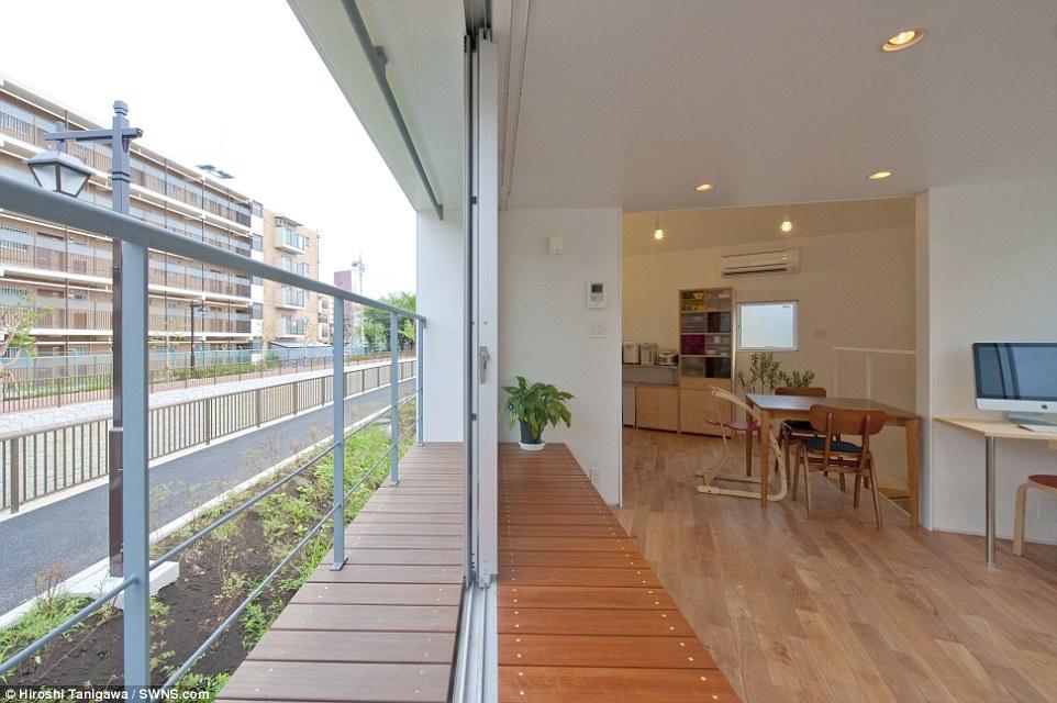 Camera con vista: La necessità di ottimizzare lo spazio è sempre all'ordine del giorno degli architetti in Giappone, a partire dal 1 Maggio 2015, Suginami, aveva una popolazione stimata di 561.700 e una densità di popolazione di 16.490 persone per chilometro quadrato
