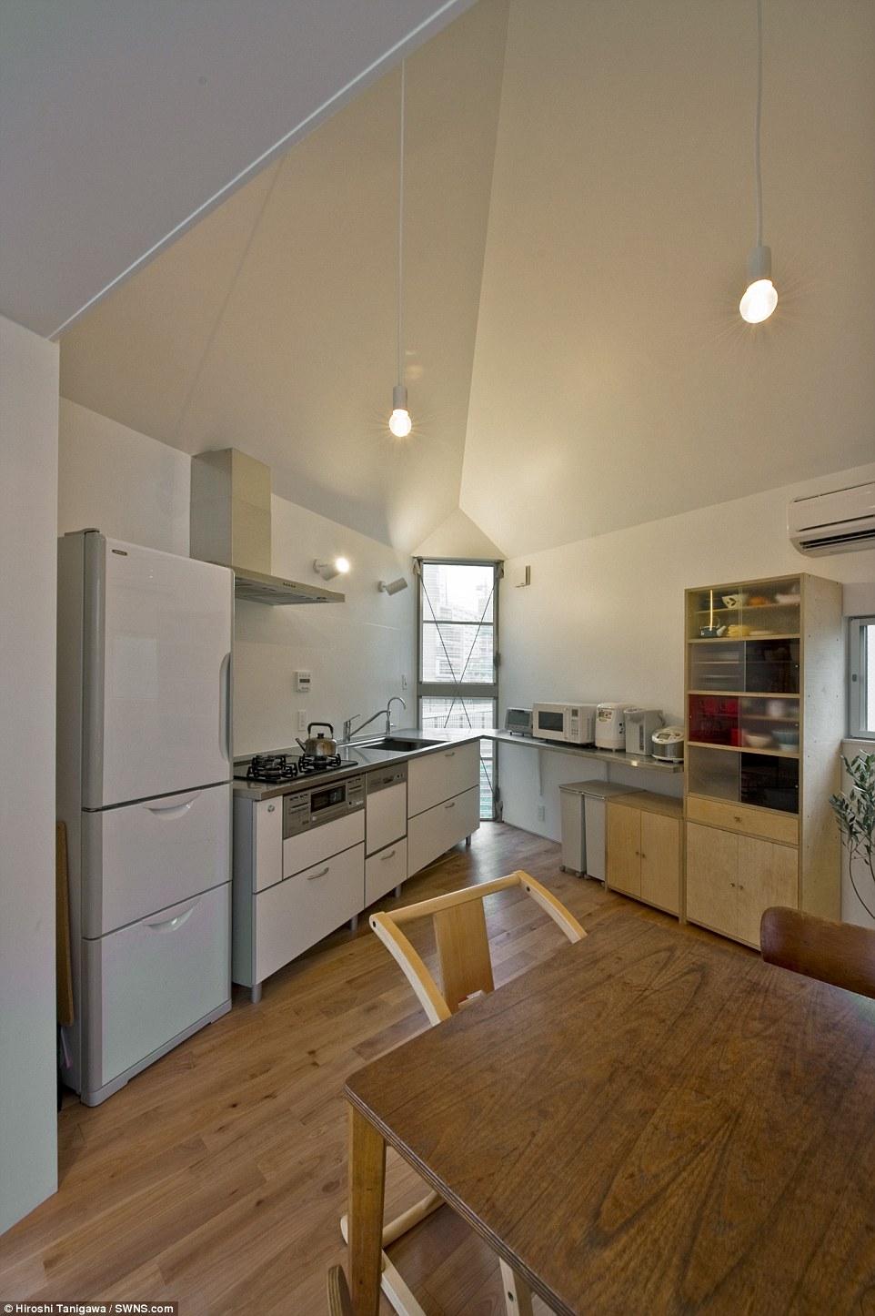 Cucina abitabile: Il design dell'edificio è stato condotto da Kota Mizuishi capo della Studio di architettura Atelier Mizuishi