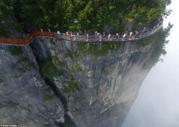 gente valiente: Los turistas que ya han acudido a visitar el puente, que sólo se abre el lunes, para probar sus alturas vertiginosas