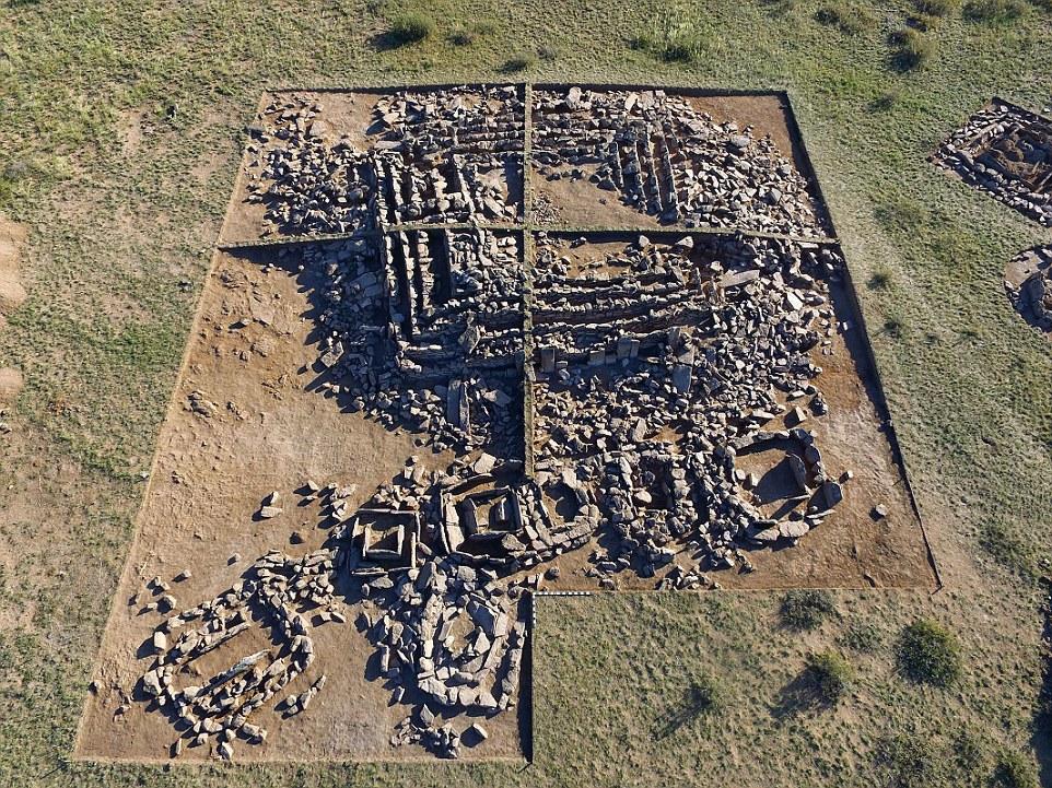A pirâmide de bronze era encontrado no Cazaquistão. Estas fotos mostram artefatos já descobertos no local, e o layout dos fundamentos da pirâmide, antes de arqueólogos examinar um enterro câmara fechada nos próximos dias
