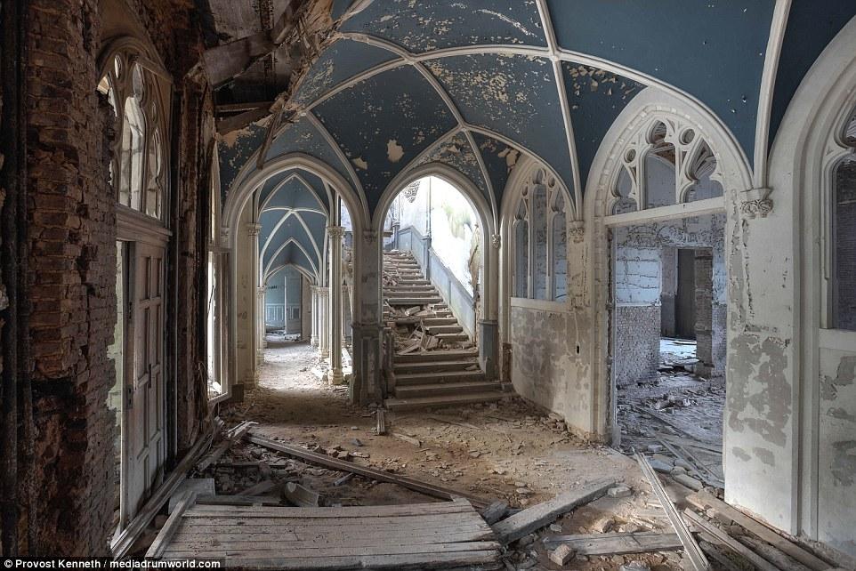 Inglese Edward Milner è stato commissionato nel 1866 dalla famiglia Liedekerke-Beaufort per costruire la proprietà, più recentemente conosciuto come Chateau de Noisy