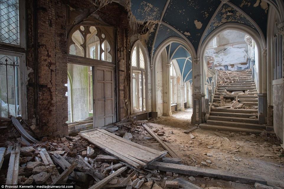 Costruito da un architetto inglese pionieristica, Chateau Miranda in Belgio sembra uscita da un film Disney dall'esterno, ma è in rovina sulla parte interna