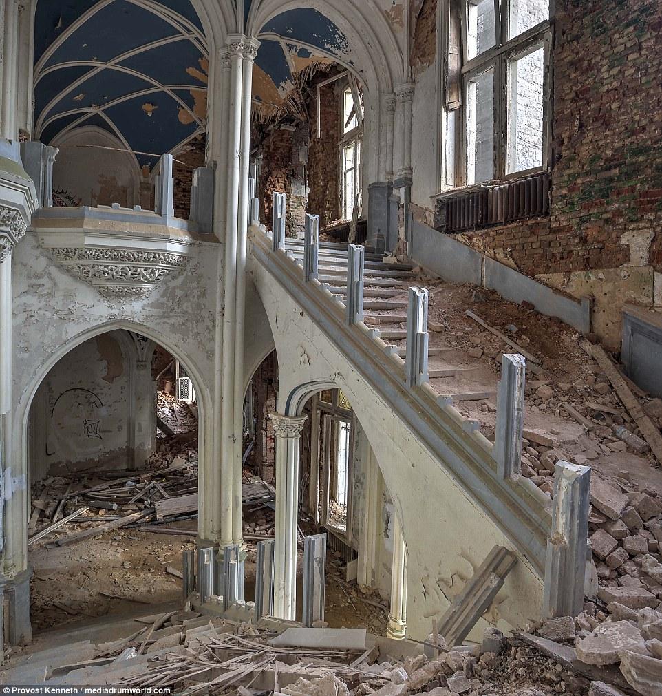 Il compito di restaurare il castello sarebbe un gigantesco, come questa immagine di macerie sparsi spettacoli scala
