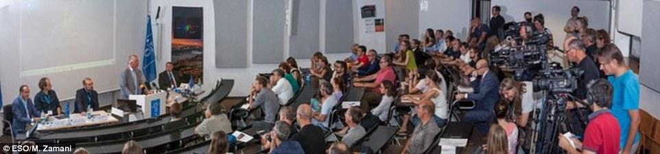 O ESO Director Geral, Tim de Zeeuw, dá um discurso na conferência de imprensa. Os dados pálido Red Dot, quando combinado com observações anteriores feitas em observatórios do ESO e em outros lugares, revelou o sinal claro de um resultado emocionante