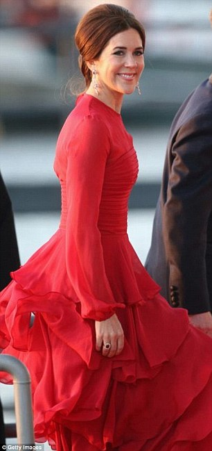 Can you tell if this is Mary or Kate? It's no surprise if you can't with the pair often looking almost identical