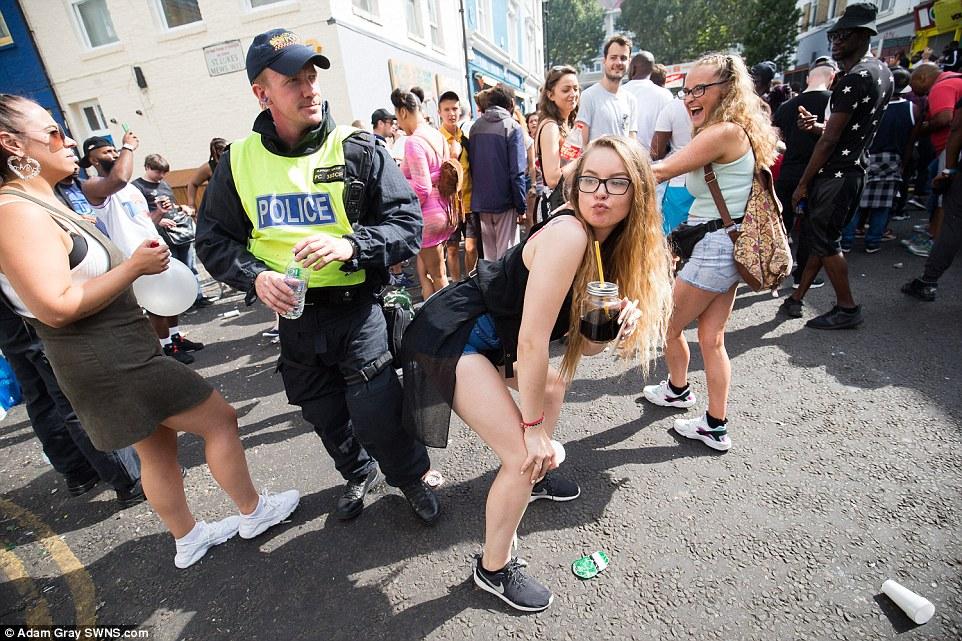 Una joven fue visto bailando junto a un oficial de policía en servicio y se realizó el famoso 'twerk' movimiento de la danza