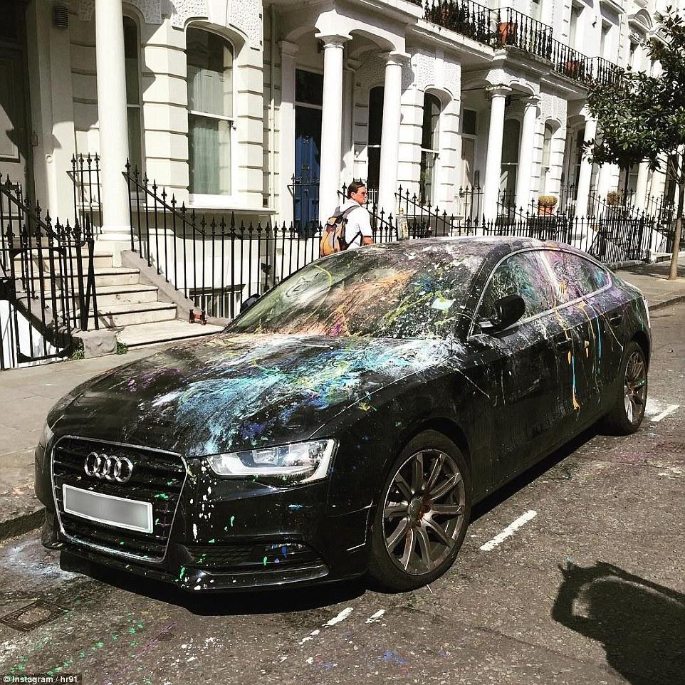 Un Audi negro que se dejó aparcado en la calle cerca del carnaval estaba completamente cubierto de pintura ayer por la tarde