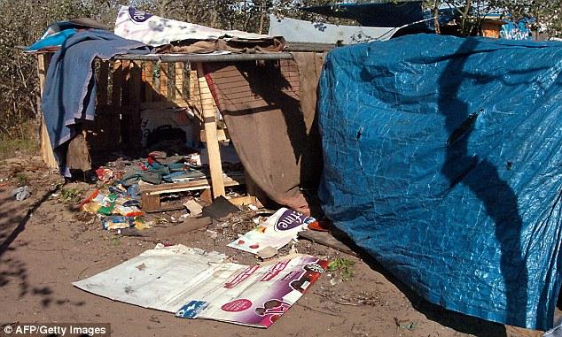 Nicolas Sarkozy y su rival por la presidencia, Alain Juppé, han anunciado su intención de reubicar el Calais 'Jungle' campamento de inmigrantes (en la foto) para el Reino Unido