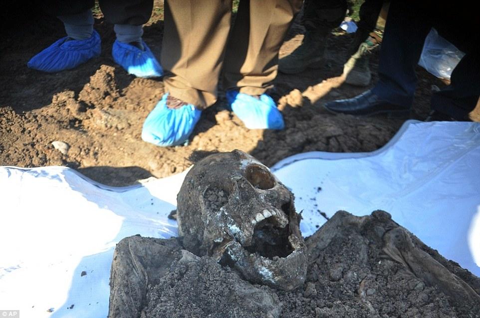 Esta foto difundida por la Dirección del fosas comunes de la Comunidad de curdo muestra un esqueleto exhumado de una fosa común con Yazidis muertos por militantes ISIS en la región de Sinjar del norte de Irak.  Un análisis realizado por The Associated Press ha encontrado 72 fosas comunes dejadas por ISIS en Irak y Siria, y muchos más se espera de ser descubierto como el grupo pierde territorio