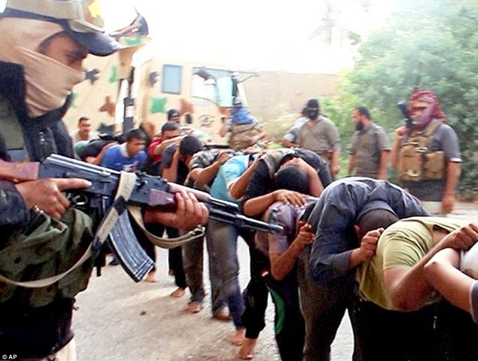 Los presos fueron separados por la religión, y los chiítas fueron cargados en camiones, impulsado por algunas millas y obligado a alinear y contar apagado, según las cuentas de los 15 supervivientes recogidos por Human Rights Watch.  Esta imagen, publicado en línea por ISIS, muestra capturada cadetes iraquíes en Tikrit, Irak, momentos antes de ser sacrificados el 14 de junio, 2014