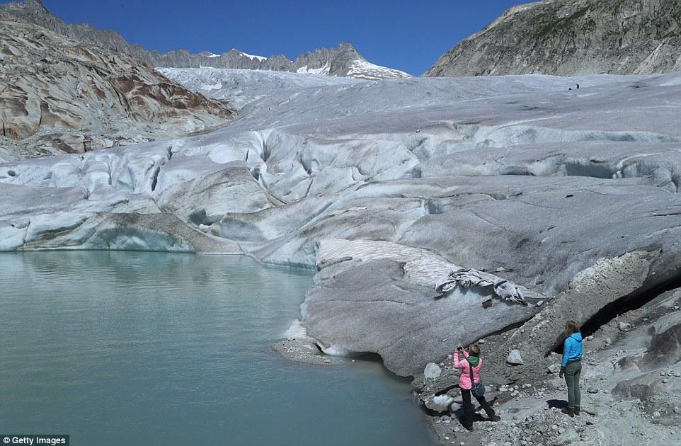 Il ghiacciaio del Rodano nei pressi di Gletsch in Svizzera (nella foto) si è ritirato 4.600 piedi più in alto sul fianco della montagna dalla sua posizione nel 1856. La montagna è disseminata di piccoli laghi formati da ghiaccio in fusione