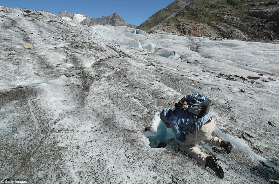L'acqua di fusione spesso gocciola verso il basso attraverso crepe e crepacci nel ghiacciaio dell'Aletsch (Pictured ghiacciaio) al fondovalle dove può aumentare il movimento del ghiaccio sopra la roccia sottostante