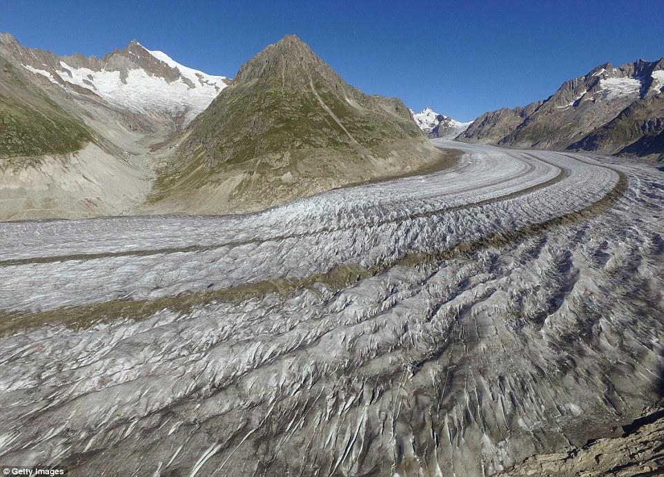 più grande ghiacciaio della Svizzera, l'Aletsch, fa ancora per uno spettacolo impressionante se visto dal cielo (nella foto)