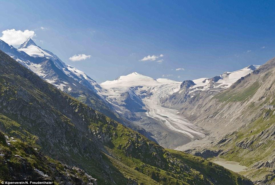 Entro il 2012 il ghiacciaio Pasterze si era ritirato in modo drammatico la valle, lasciando l'orso roccia e detriti nella sua scia (nella foto)