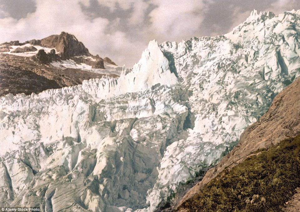 Questa foto scattata tra il 1890 e il 1900 mostra l'enorme massa di ghiaccio che una volta costituito il ghiacciaio del Rodano in Svizzera.  Ha dato ritirò notevolmente e ha perso gran parte del ghiaccio che, una volta premuto sulla roccia sottostante