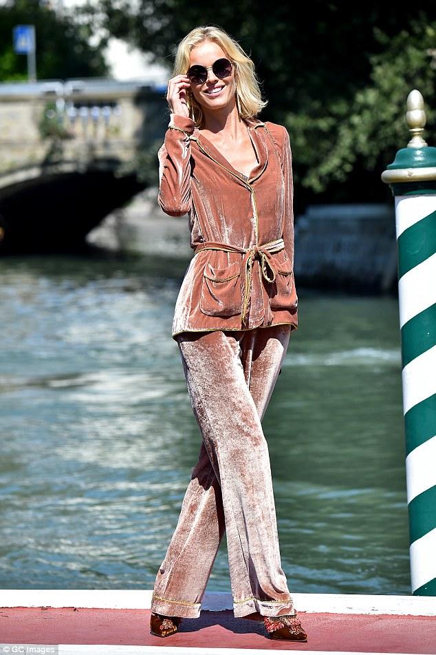 Glamorous: Eva Herzigova provou que ela ainda tem estilo rainha passarela quando ela fez uma chegada bastante elegante no Festival de Cinema de Veneza na Itália na sexta-feira à tarde