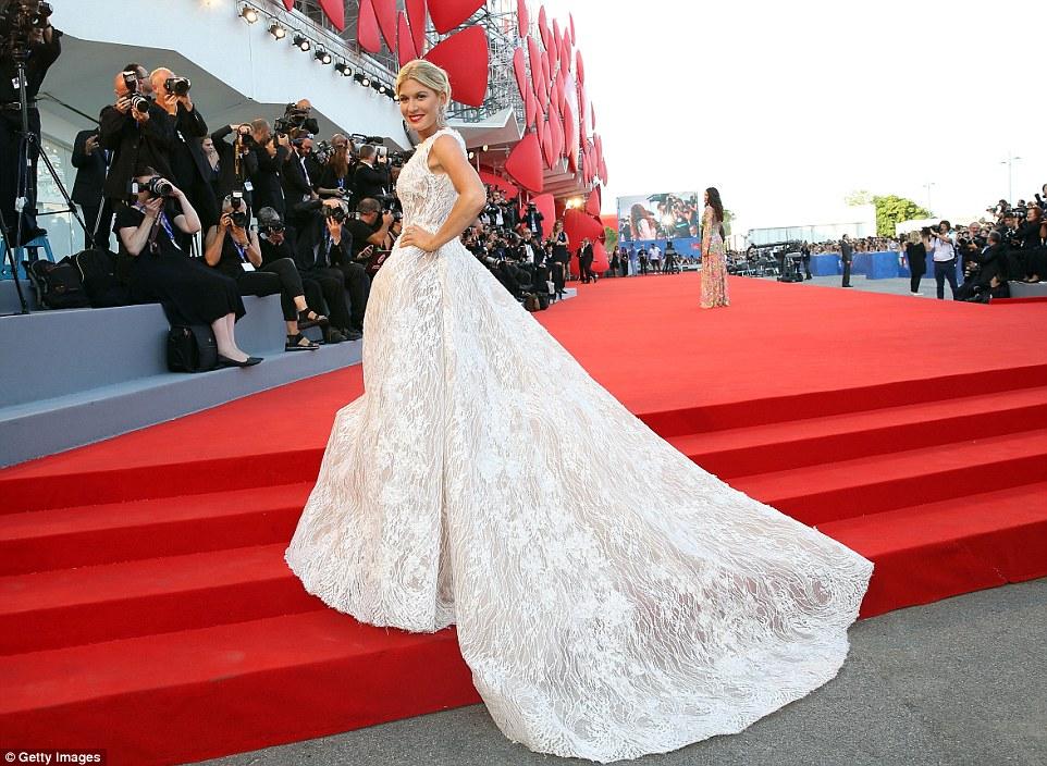 Roubar o show: vestido incrível de Hofit ameaçou assumir o tapete vermelho, como ele arrastou atrás dela