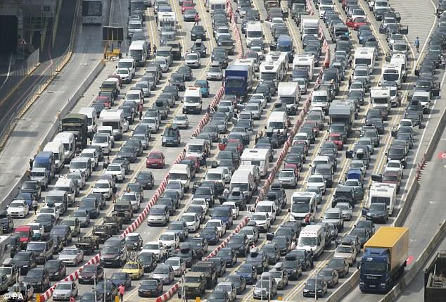 """Charlie Elphicke MP, quiere asegurarse de que hay un """"plan robusto"""" para evitar que se repita el caos de tráfico en Kent en julio (en la foto), causada por la falta de personal frontera francesa en Dover"""