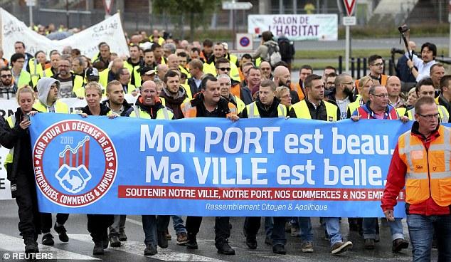 trabajadores del puerto, encargados de la tienda y residentes marchan juntos en una protesta cadena humana en Calais para manifestarse contra el campamento de la selva migrante