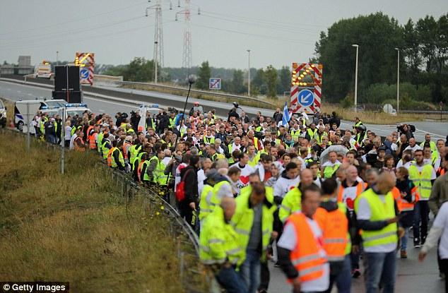 propietarios de negocios franceses y residentes locales bloquean la carretera principal que conduce al puerto de Calais esta mañana