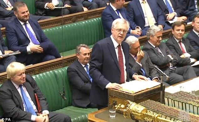 """Prenda: Flanqueado por Boris Johnson, izquierda, y Liam Fox, a la derecha, el Sr. Davis insistió en que no habría ningún intento de """"frustrar o impedir 'la voluntad del pueblo británico para el país a salir de la UE"""
