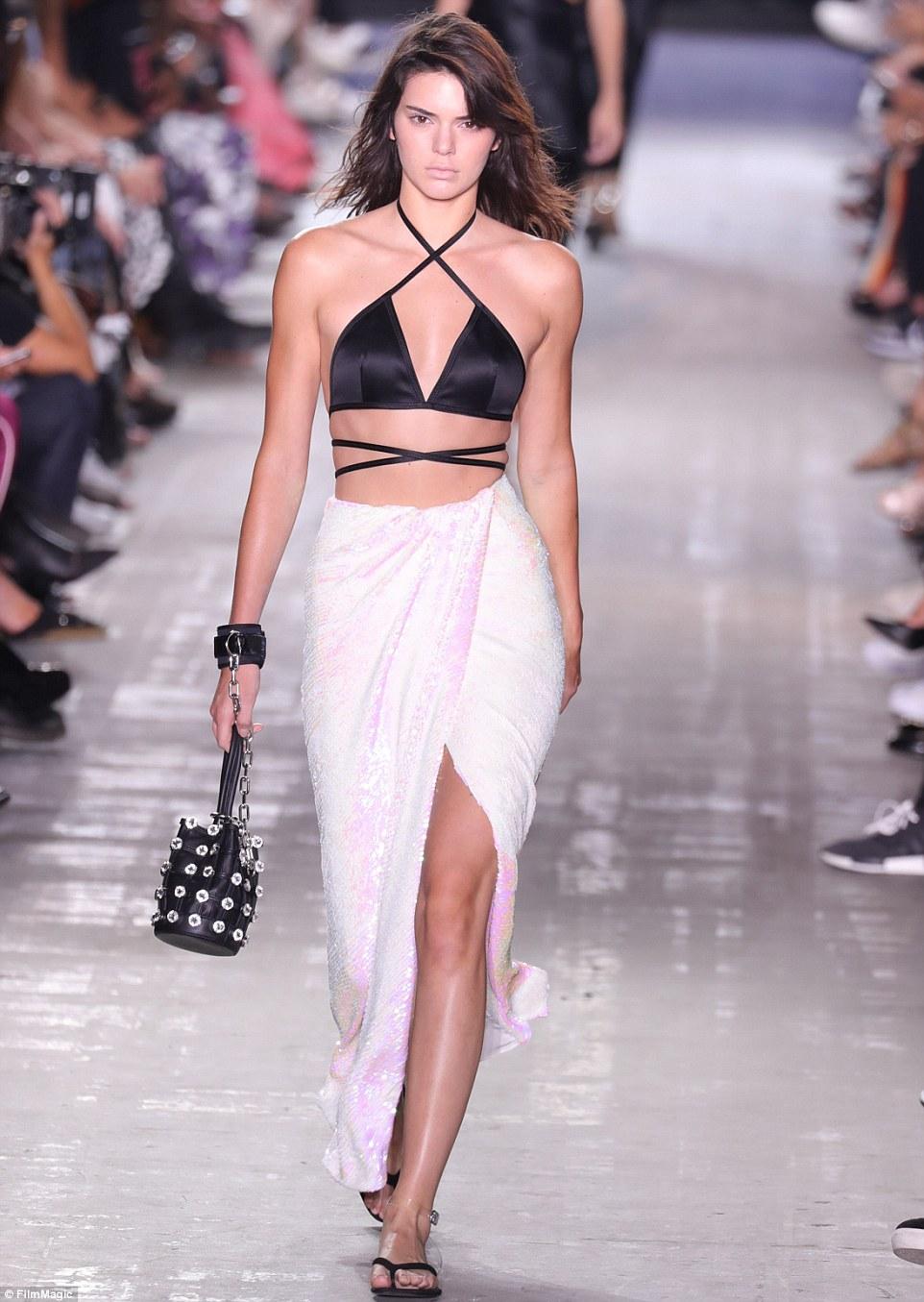 Voltar a bordo: Kendall Jenner conseguiu seu perfeitamente pinos na engrenagem enfraquecida e desfilou seu caminho para baixo uma passarela para o show de Alexander Wang na noite de sábado - a sua primeira pista da semana de moda de Nova York nesta temporada