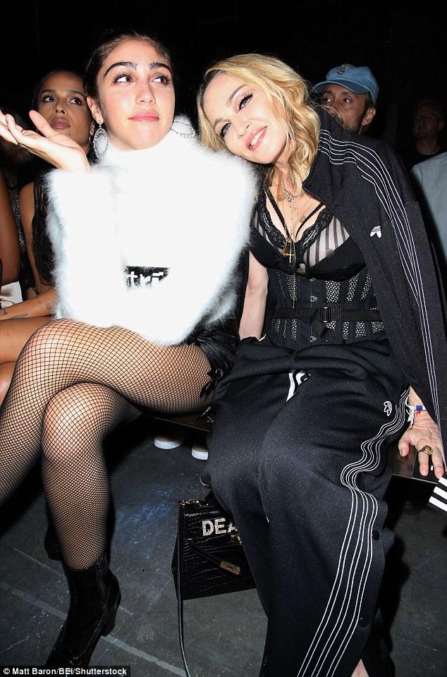 Mum !!  A filha de Madonna Lourdes parecia aturdido como ela se juntou a sua famosa mãe no coleção Primavera 2017 do Alexander Wang em Nova York no sábado