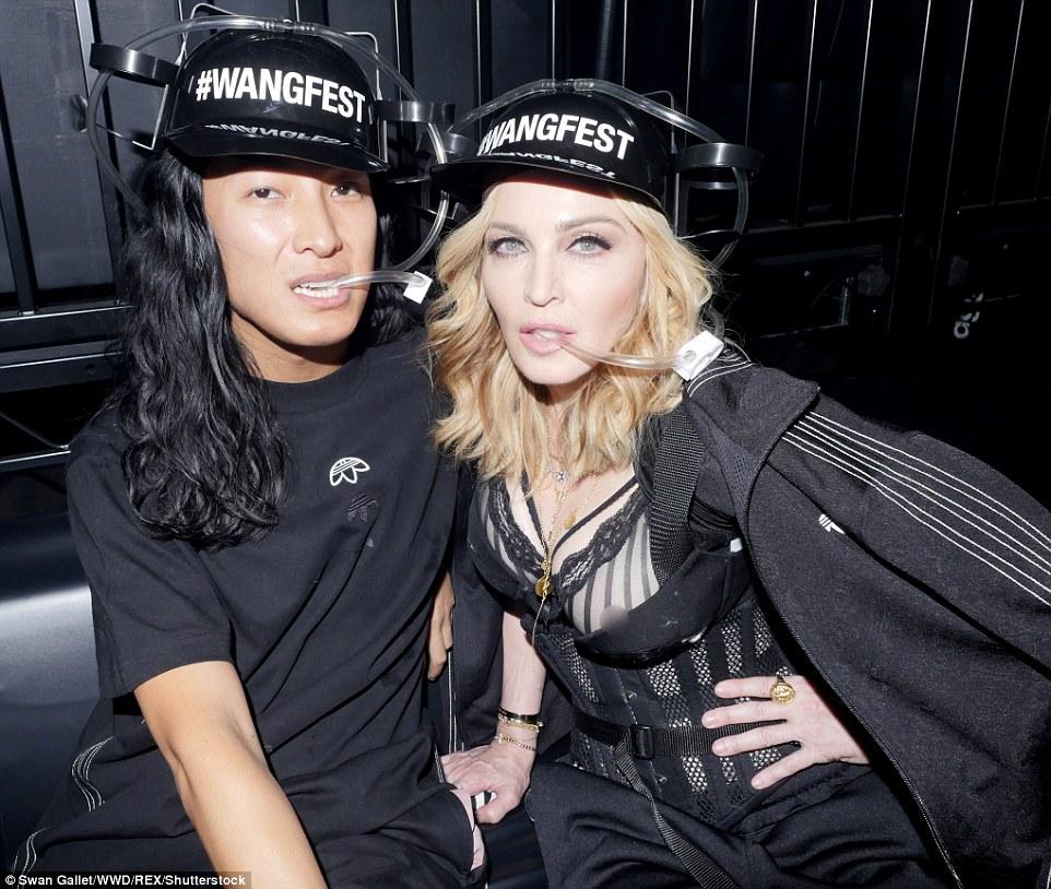 O homem por trás da loucura: Madonna parecia estar tendo uma bola no evento e também aos bastidores, onde ela brincou com o designer, vestindo capacetes de cerveja que tinham 'Wangfest' escrito neles