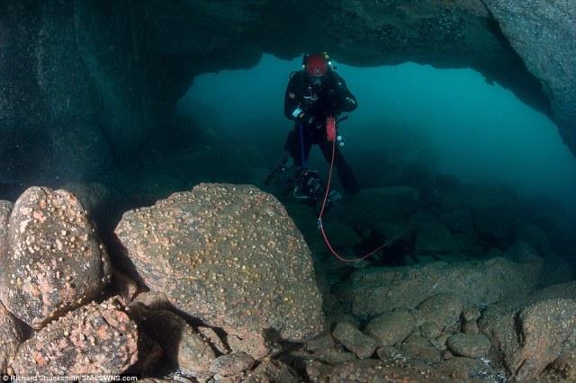 Divers usado linhas terrestres para marcar o seu caminho através da rede de cavernas submarinas e distâncias medida