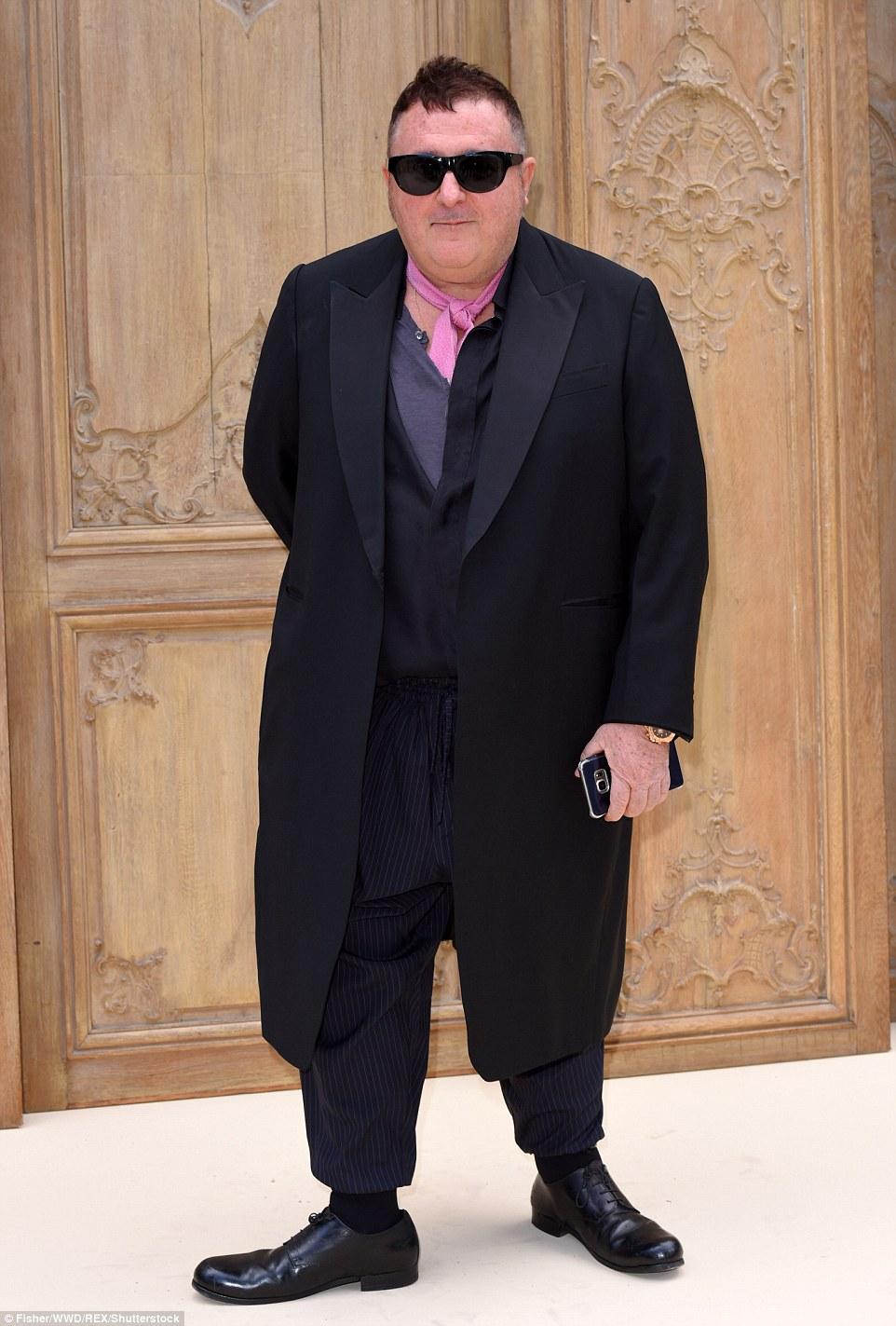 Tres chique: excêntrico ex-designer Lanvin Alber Elbaz usava seu olhar habitual com culottes risca de giz e um casaco duster