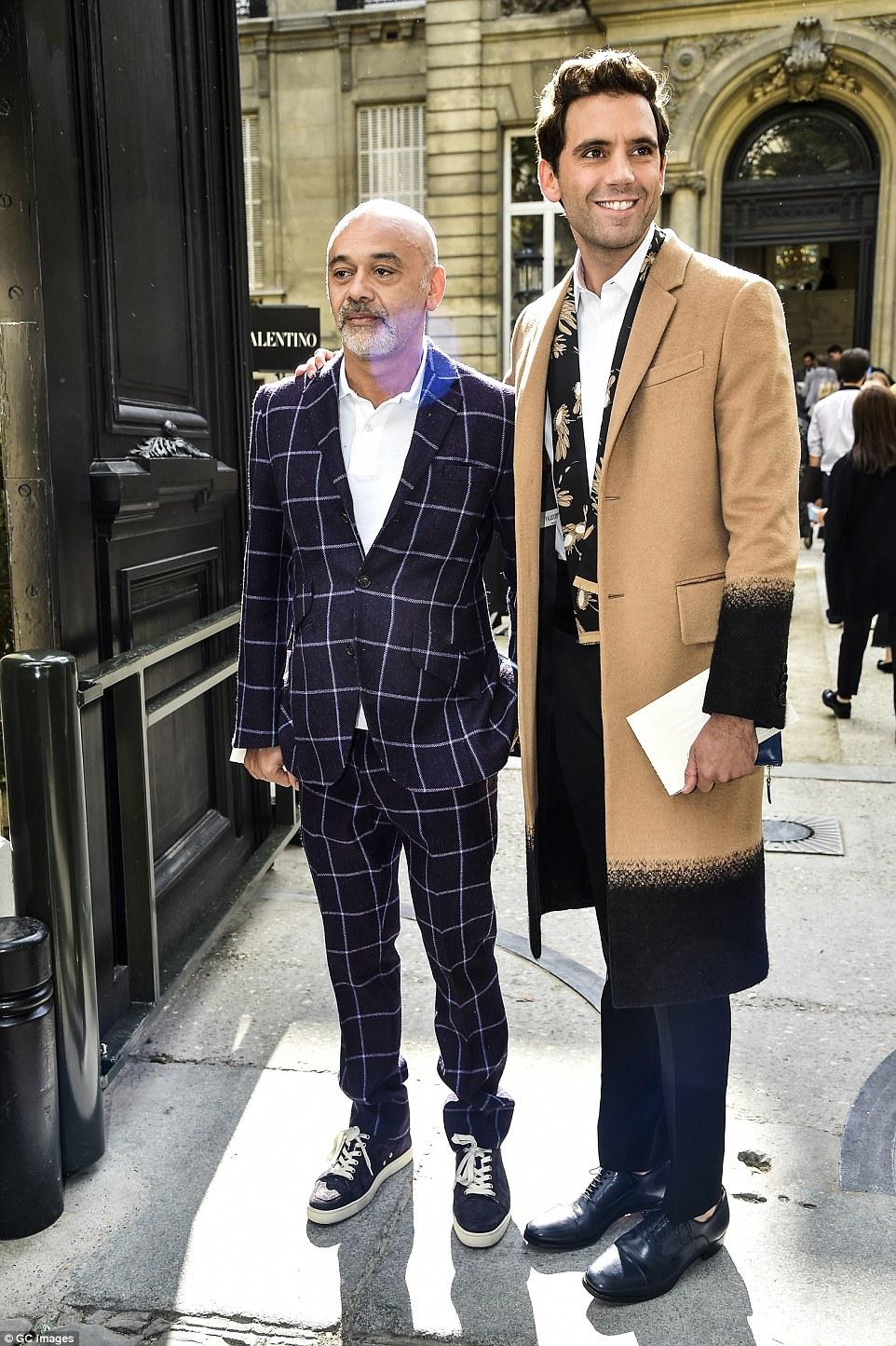All star: Christian Louboutin chegou ao lado hitmaker Mika em conjuntos igualmente na moda
