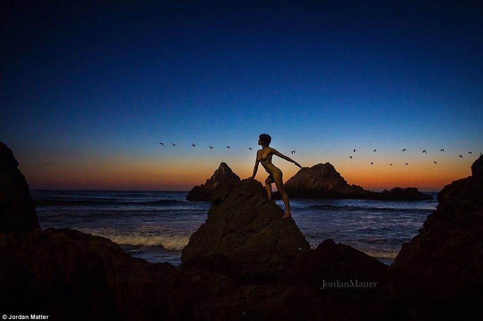 """Matéria escreveu em seu site que o projeto representa """"a nossa vontade de lançar-nos para as ruas sem medo de fracasso"""".  Um dançarino levanta em enormes rochas perto de uma praia de San Francisco"""